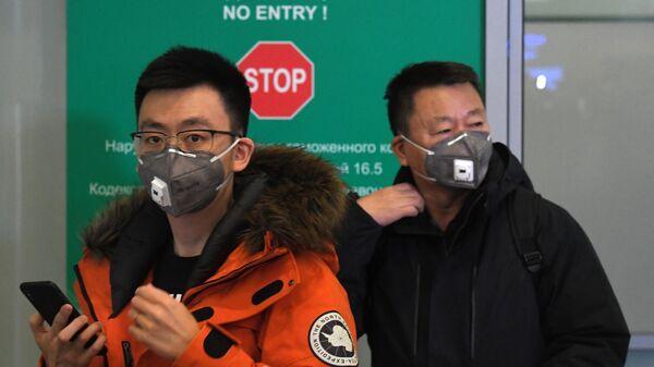 Пассажиры в защитных масках в аэропорту Шереметьево