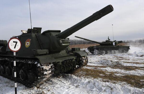 Тяжёлая советская самоходно-артиллерийская установка (САУ) СУ-152 (на первом плане) и танк Т-80 во время показательного выезда на Центральной базе хранения бронетанковой техники Восточного военного округа в Приморском крае