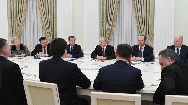 Президент РФ Владимир Путин проводит встречу с ушедшими в отставку членами правительства РФ
