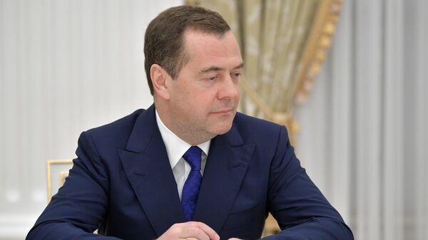 Заместитель председателя Совета безопасности РФ Дмитрий Медведев перед началом встречи президента РФ Владимира Путина с ушедшими в отставку членами правительства РФ