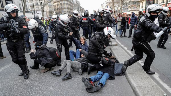Сотрудники полиции задерживают участников акции протеста в Париже, Франция. 29 января 2020