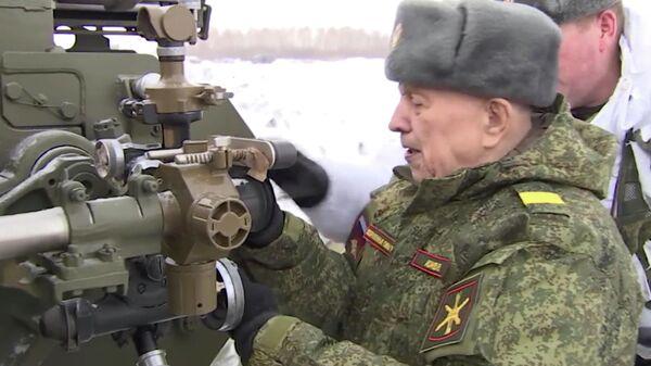 Стоп-кадр ознакомления ветерана Михаила Асанова с гаубицей Мста-Б