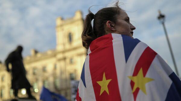 Участница протеста против Brexit возле здания Парламента в Лондоне