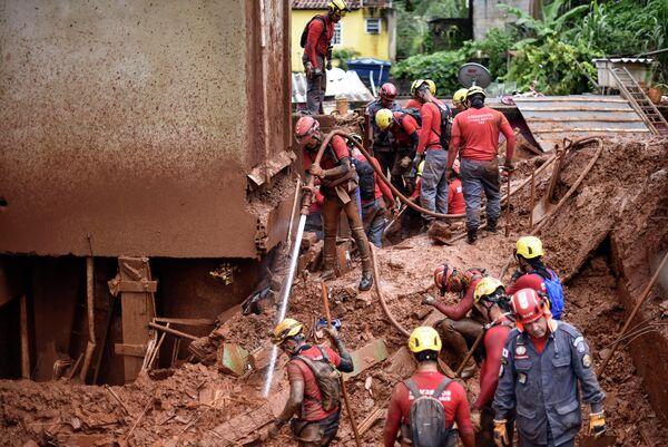 Поисковые работы на месте схода оползня в Белу-Оризонти, Бразилия