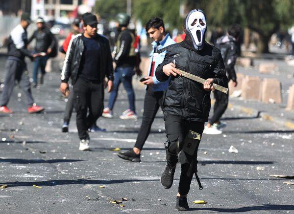 Участники антиправительственной демонстрации на площади Аль-Хилани в Багдаде