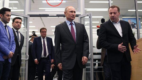 Владимир Путин во время посещения центра управления регионом в правительстве Московской области
