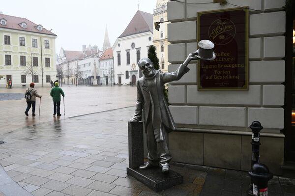 Памятник городскому сумасшедшему в Братиславе