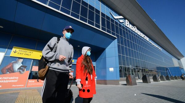 Российские туристы, прилетевшие из Китая, в аэропорту Владивостока