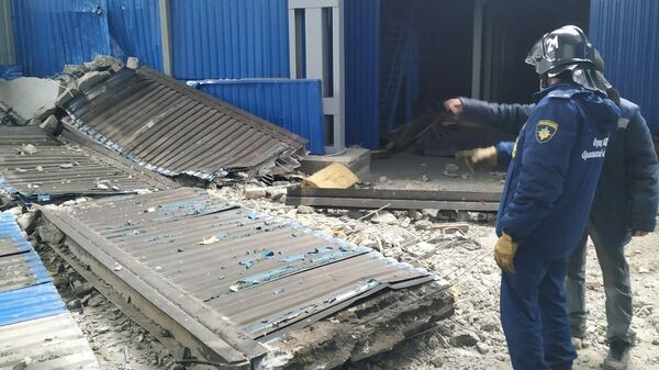 Сотрудники МЧС РФ на месте взрыва газа на заводе резиновых изделий в Мценске. 31 января 2020