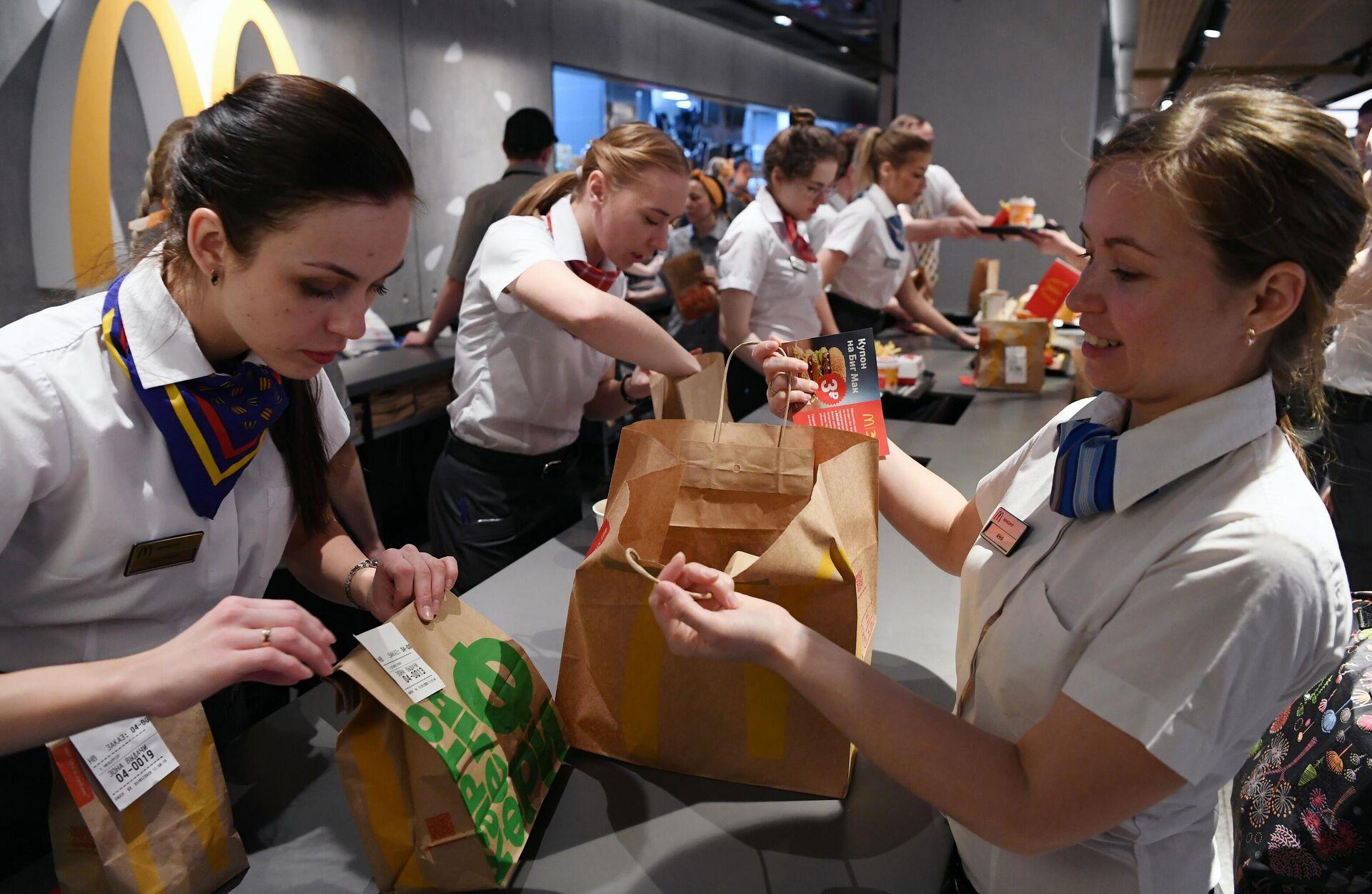Сотрудницы ресторана McDonalds на Пушкинской площади в Москве - РИА Новости, 1920, 02.08.2021