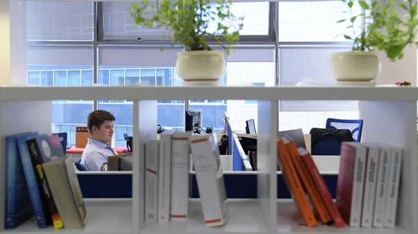 Мужчина работает в технопарке Горизонт в Москве