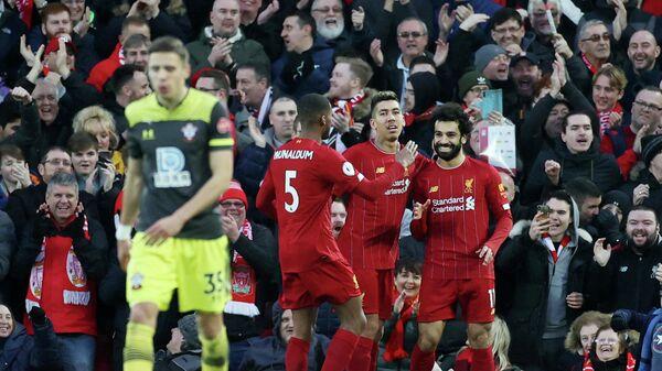 Футболисты Ливерпуля радуются забитому мяч в ворота Саутгемптона