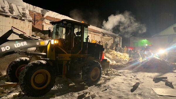 Последствия обрушения пристройки к кафе в Новосибирске