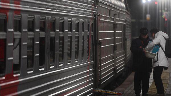 Проводник проверяет документы перед отправкой поезда