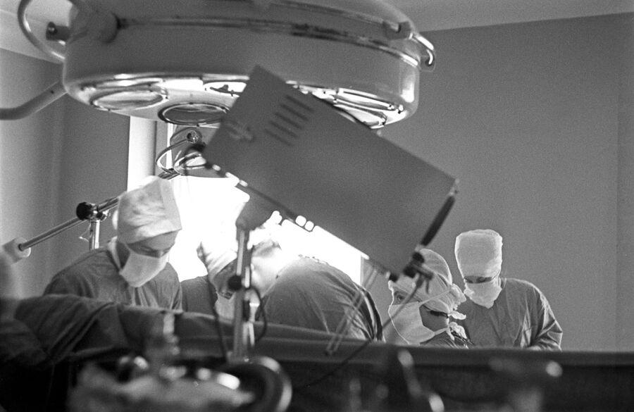 Операционная Института хирургии им. А. В. Вишневского. Операцию ведет заведующий отделом врожденных пороков сердца Владимир Бураковский.