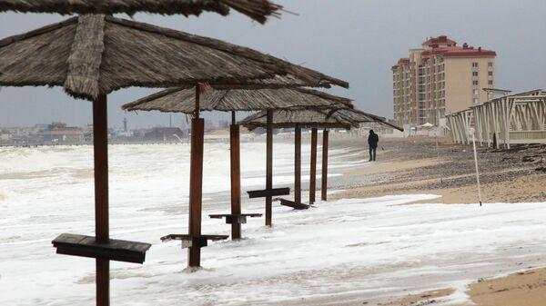 На берегу Черного моря в Евпатории во время шторма