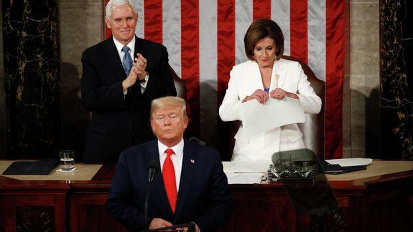 Спикер Палаты представителей США Нэнси Пелоси разрывает речь президента США Дональда Трампа после его выступления в конгрессе с ежегодным посланием