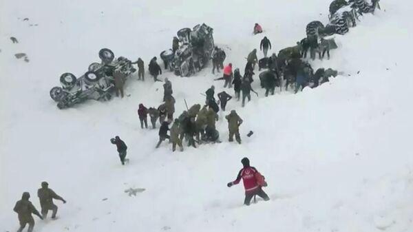 Поисково-спасательная операция на месте схода лавины в провинции Ван на востоке Турции. 5 февраля 2020
