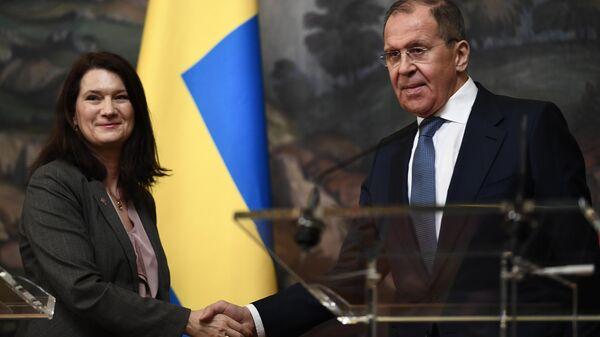 Министр иностранных дел Швеции Анн Линде и министр иностранных дел РФ Сергей Лавров на пресс-конференции по итогам встречи в Москве
