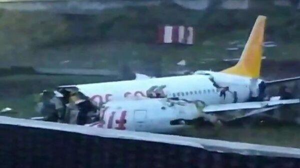 Кадры развалившегося самолета в аэропорту Стамбула