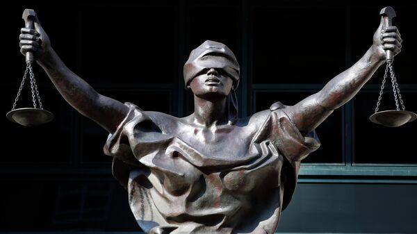 Статуя Фемиды у здания федерального суда в США