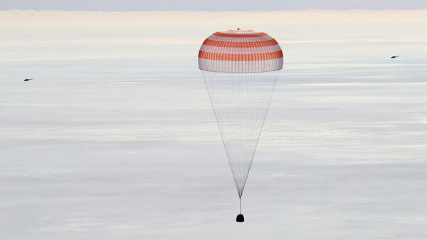Посадка пилотируемого корабля Союз на спускаемом парашюте