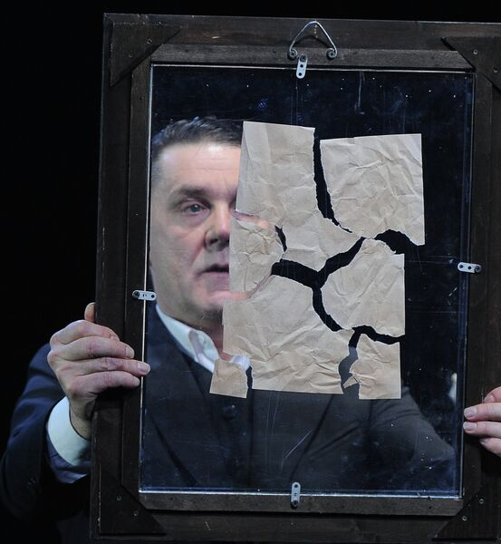Сергей Маковецкий (Евгений Онегин) в сцене из спектакля Евгений Онегин