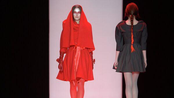 Модели демонстрируют одежду из новой коллекция Nikolai Kyvyrzhik by SLAVA ZAITSEV в рамках недели моды Mercedes-Benz Fashion Week Russia