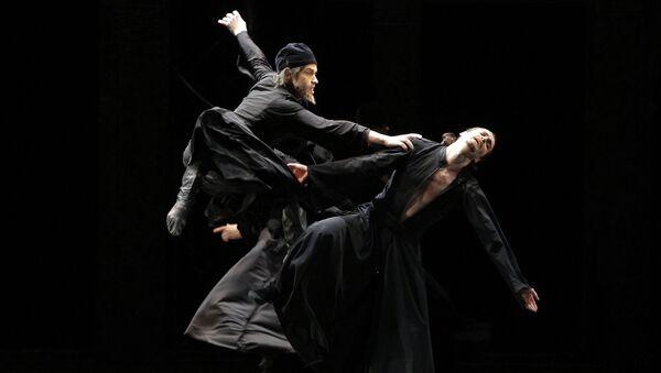 Актеры Игорь Поляков и Дмитрий Фишер вв сцене из балета Карамазовы. Архивное фото
