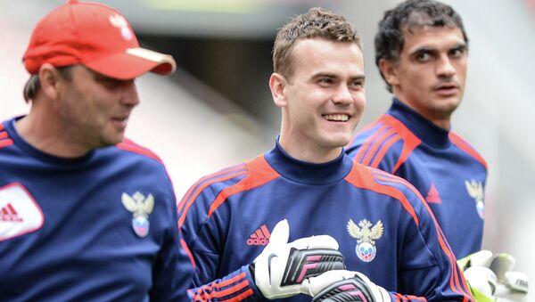 Вратари Игорь Акинфеев (в центре) и Владимир Габулов (справа). Архивное фото