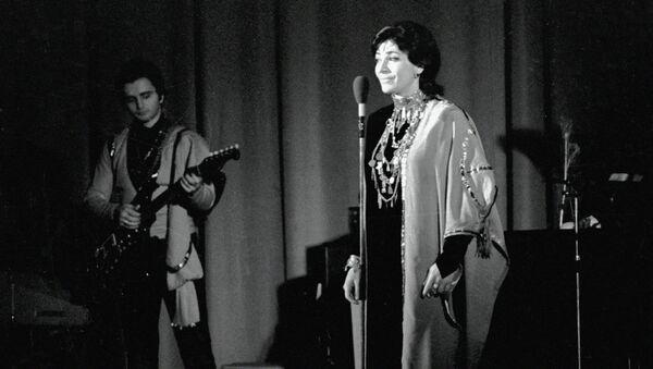 Солистка ансамбля Орэра Нани Брегвадзе во время концерта
