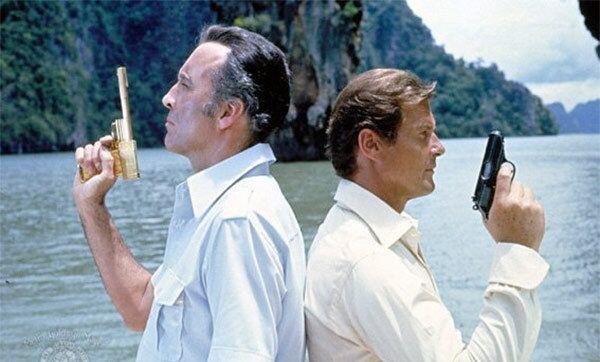 Кристофер Ли в роли Франциско Скараманги и Роджер Мур в роли Джеймса Бонда в фильме «Человек с золотым пистолетом» (1974)