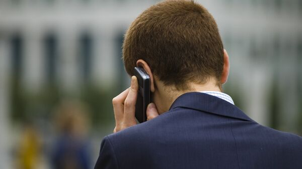 Человек разговаривает по телефону, архивное фото