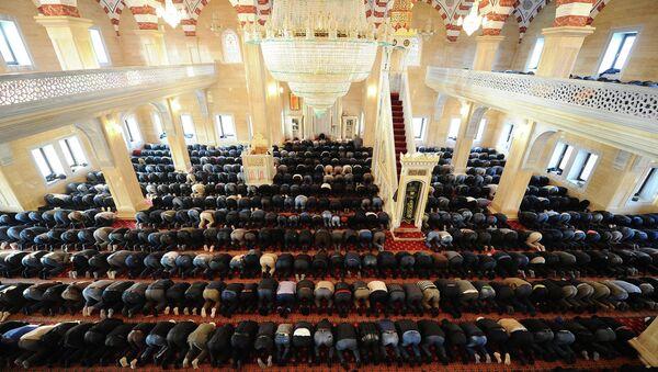 Мусульмане в день праздника жертвоприношения Курбан-Байрам молятся в мечети Сердце Чечни в селе Урус-Мартан