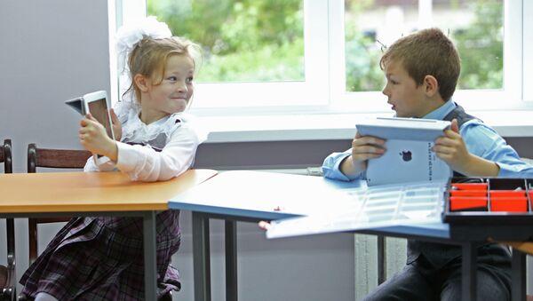 Дети на уроке в школе, архивное фото