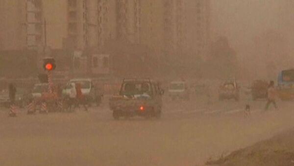 Песчаная буря занесла улицы Китая и заставила людей надеть повязки