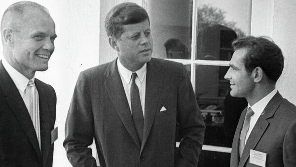 Джон Кеннеди беседует с Титовым и Гленном