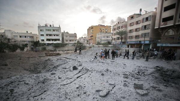 Место взрыва израильской ракеты в одном из жилых кварталов Газы. Архивное фото