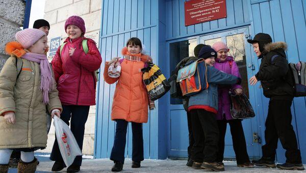 Дети у входа в школу