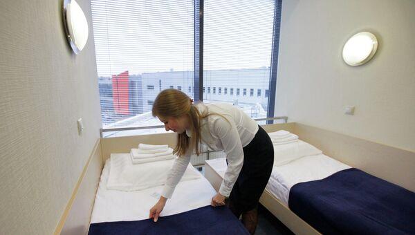 Горничная застилает постель в номере отеля. Архивное фото