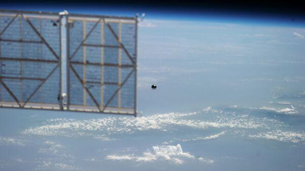 Микроспутник Сфера удаляется от МКС
