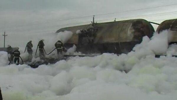 Последствия аварии поезда с нефтью, который сошел с рельс и загорелся