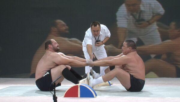 Силачи кричат и вырывают друг у друга палку на Кубке мира по мас-рестлингу