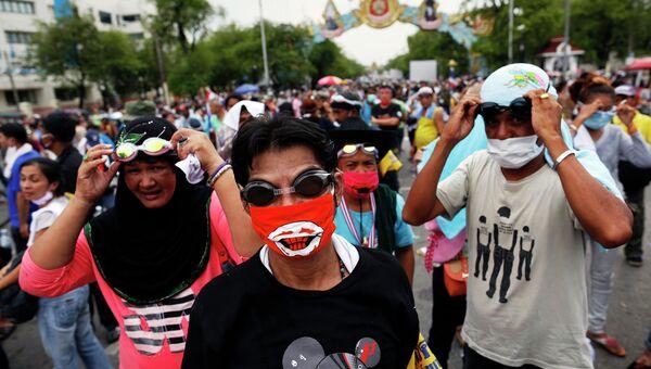 Столкновения между участниками антиправительственного митинга и полицией в Бангкоке