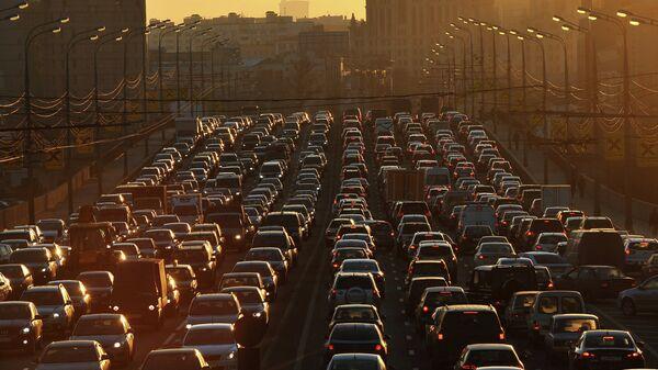 Автомобильные пробки на улицах Москвы. Архив