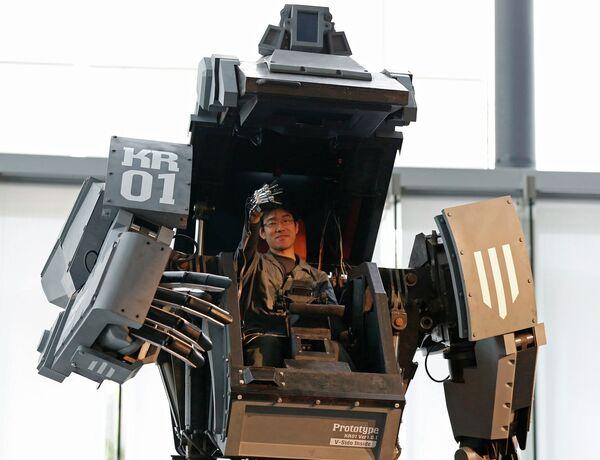 Эксперт показывает, как обращаться с боевым роботом Kuratas