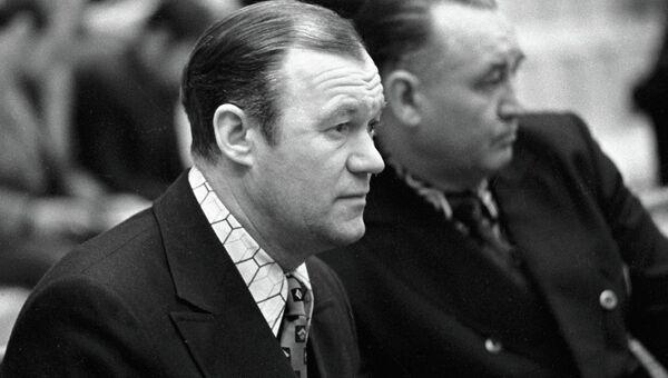 Всеволод Бобров (слева)
