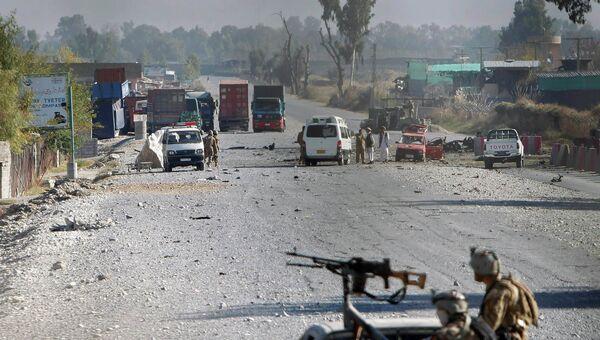 Афганские военные на месте нападения боевиков на американскую военную базу в городе Джалалабад