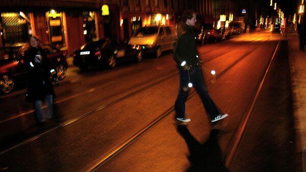 Пешеходы со светоотражающими элементами на одежде. Архивное фото