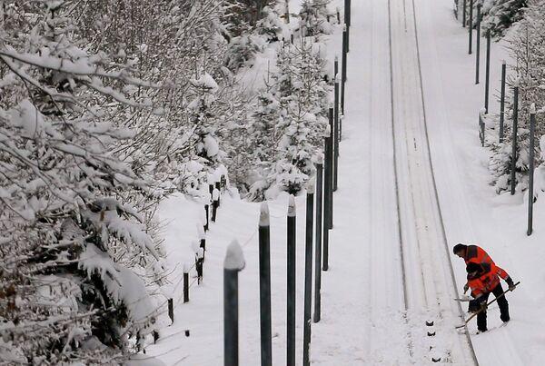 Рабочие убирают снег в Швейцарии